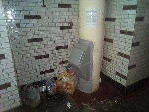 Соседи оставляют мусор в подъезде: что делать, если выставляют его за дверь на лестничную площадку или выбрасывают из окна, как по закону заставить убрать?