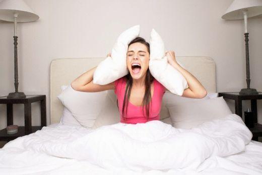 Куда жаловаться на шумных соседей, которые ночью не дают спать: как доказать, что есть конфликт из-за нарушения покоя граждан и кому звонить или писать?