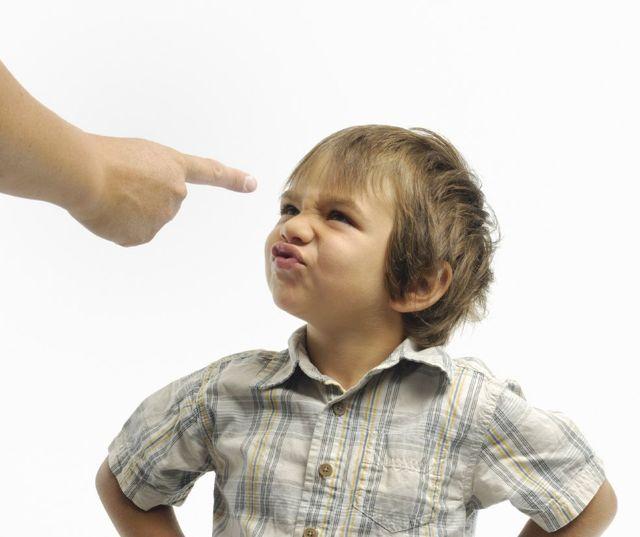 У соседей постоянно бегает ребенок – что делать: жалоба в органы опеки, если малыш постоянно плачет и куда обратиться, если его бьют, образец заявления