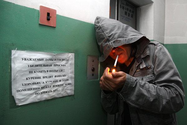 Соседи курят в подъезде: пошаговая инструкция действий