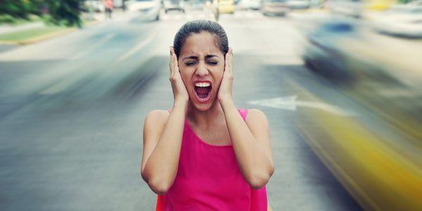 До скольки можно шуметь на улице и после которого времени нельзя по закону в 2020: разрешается ли балагурить летом во дворе или в деревне дома?
