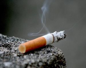 Соседи курят на балконе: как бороться с курящими и отучить их бросать окурки с окна, может ли сосед дымить на своей территории и смежной?