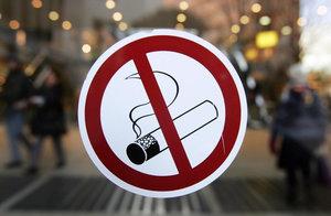 Что делать, если соседи курят в подъезде: как отучить курильщиков и как бороться с жильцами на лестничной площадке, если дым попадает к нам?
